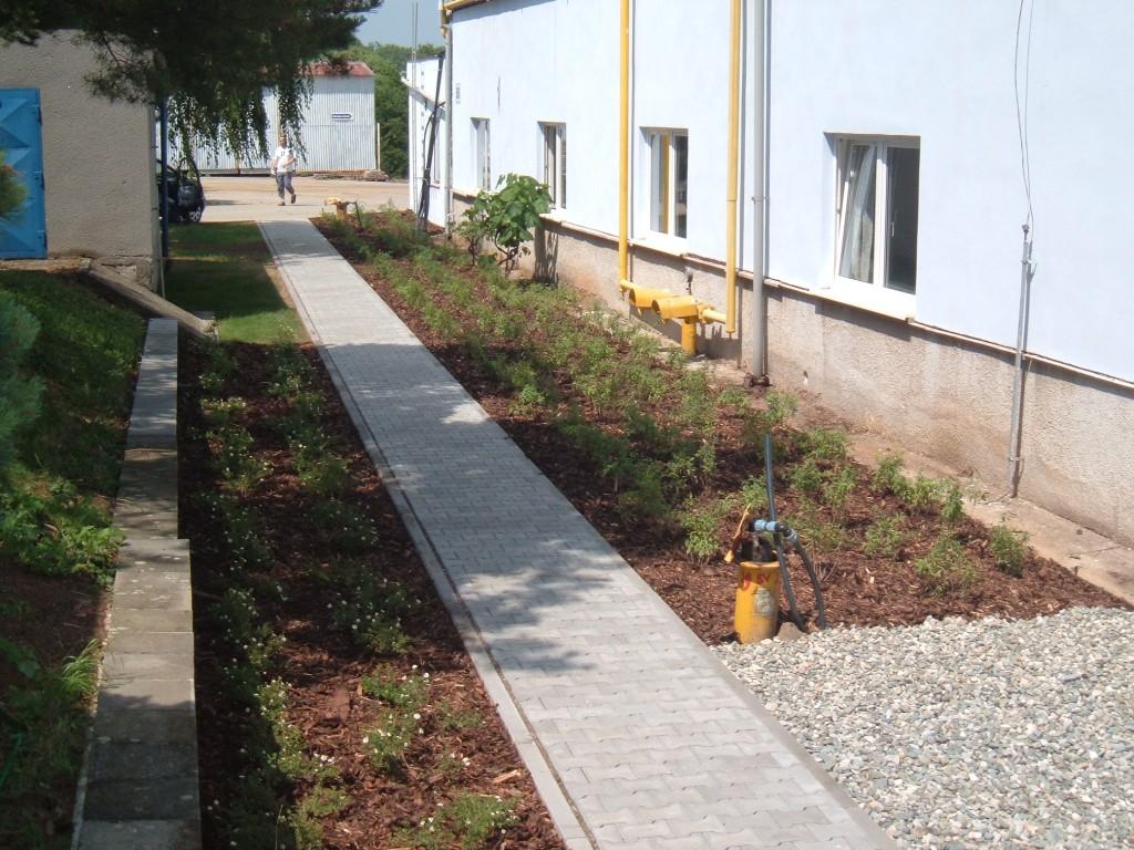 okrasné záhony a trávníky ve firemním areálu Hanhart v Morkovicích